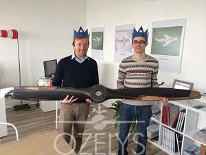 Pascal Ravel, président de Time to Fly, et Alain Lefebvre, expert en navigabilité, portent majestueusement la couronne et notre hélice préférée. Ils en admireront des centaines d'autres lors de leur visite des ateliers du musée de l'Air et de l'Espace. © Ozelys