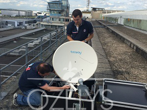 Installation de l'antenne satellite d'Aérostar TV. © Ozelys