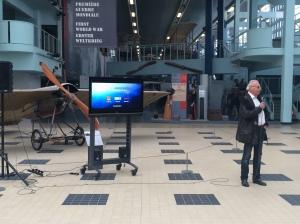 Bernard Chabbert, président de la chaîne, souffle la 1re bougie au musée de l'Air et de l'Espace. © Ozelys