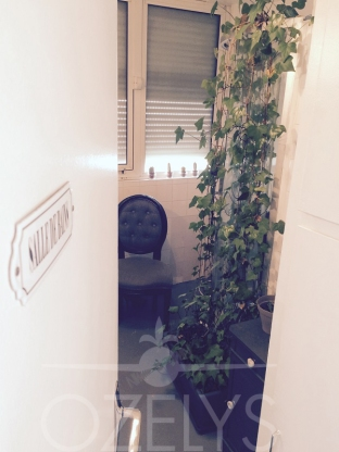 La salle de bain. Peu banal dans une entreprise nous direz-vous. C'est le seul élément de l'appartement qui a été conservé en l'état, hormis la peinture au sol couleur tarmac, à laquelle est assortie la décoration « shabby chic ». Un espace qui nous est bien utile pendant le Salon du Bourget par exemple. La douche est camouflée par du lierre qui se plaît bien là (ah oui, des plantes vertes, il y en a un peu partout).