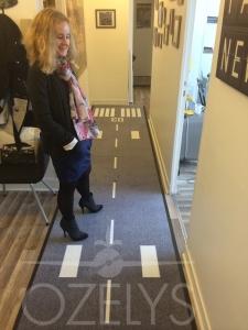 Le couloir qui desservait les pièces de l'appartement et qui mène désormais aux deux bureaux principaux. Le tapis fait sur mesure rappelle la piste mythique du Bourget, la 03-21. Au mur, des photos de l'aéroport à travers les âges.