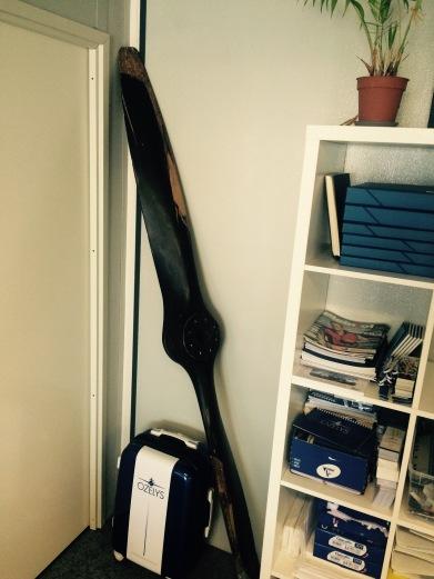 Une partie des meubles et des archives est restée dans les bureaux en travaux. Mais hors de question de se séparer de notre hélice, ni de notre valise. © Ozelys
