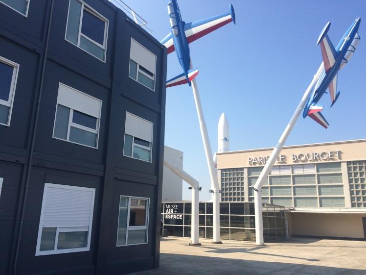 Nous sommes installés dans des bâtiments modulaires sous les ailes des Fouga. Du provisoire qui devrait durer un peu… © Ozelys