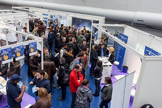 En 2016, la 24e édition a accueilli plus de 6 000 visiteurs, animé 30 conférences thématiques et rassemblé 61 exposants de 11 nationalités. © Aviation et Pilote