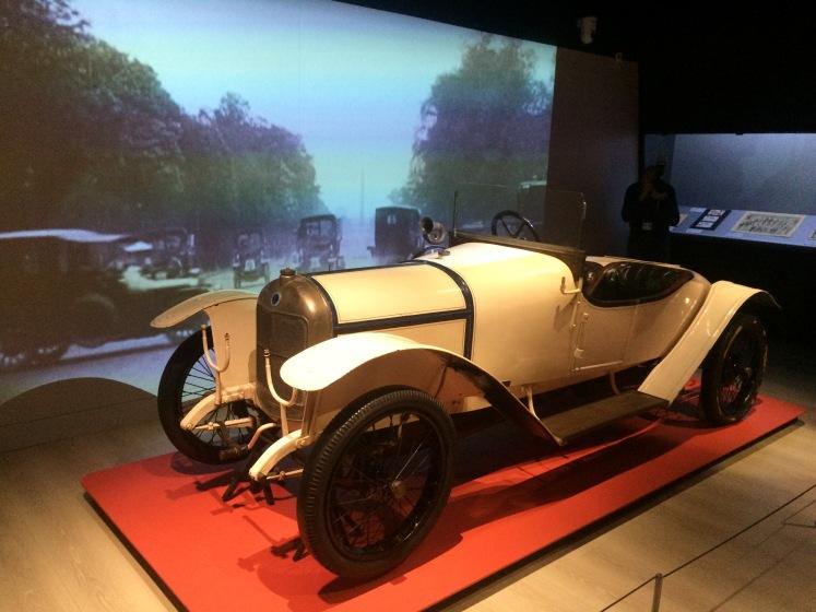 Torpédo Sigma. Construite sur autorisation spéciale du ministère de la Guerre, alors que les usines doivent se consacrer à l'effort de guerre, cette voiture de sport fut dessinée par Guynemer lui-même. Elle témoigne de l'aura grandissante de certains as en 1916.