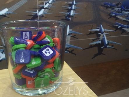 Les clés usb de Tarmac Aerosave ont fait le buzz. Nous nous sommes amusés à dire qu'elles nécessitent un « type rating ». En effet, certains ingénieurs avaient peine à les ouvrir ! C'est avec ce genre de détail que l'on marque les esprits. © Ozelys